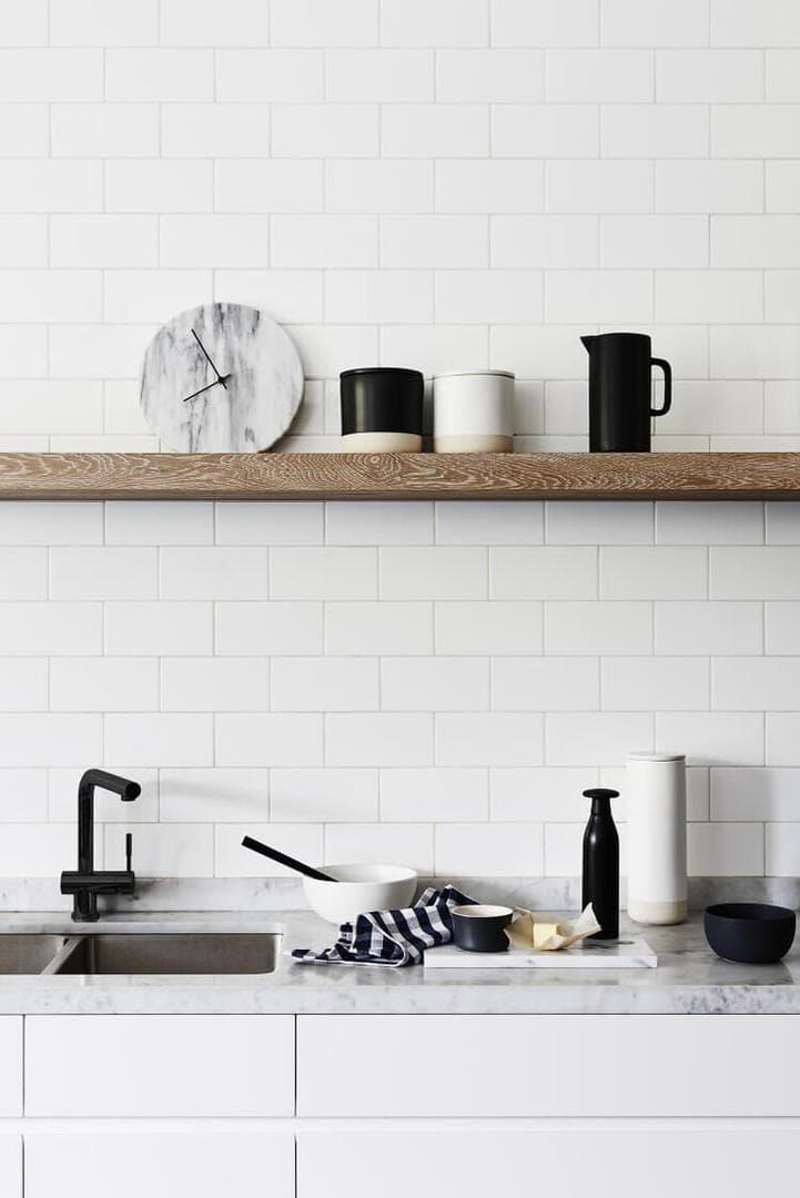 witte keuken zwarte accenten