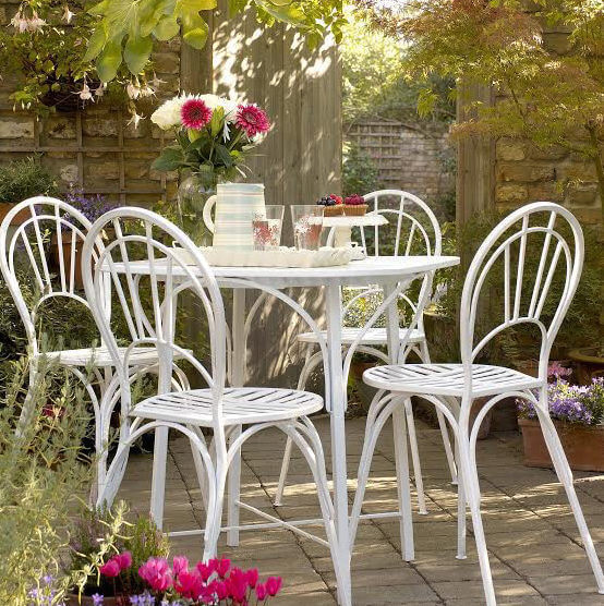 Spray paint makeover for outdoor furniture from Hammerite