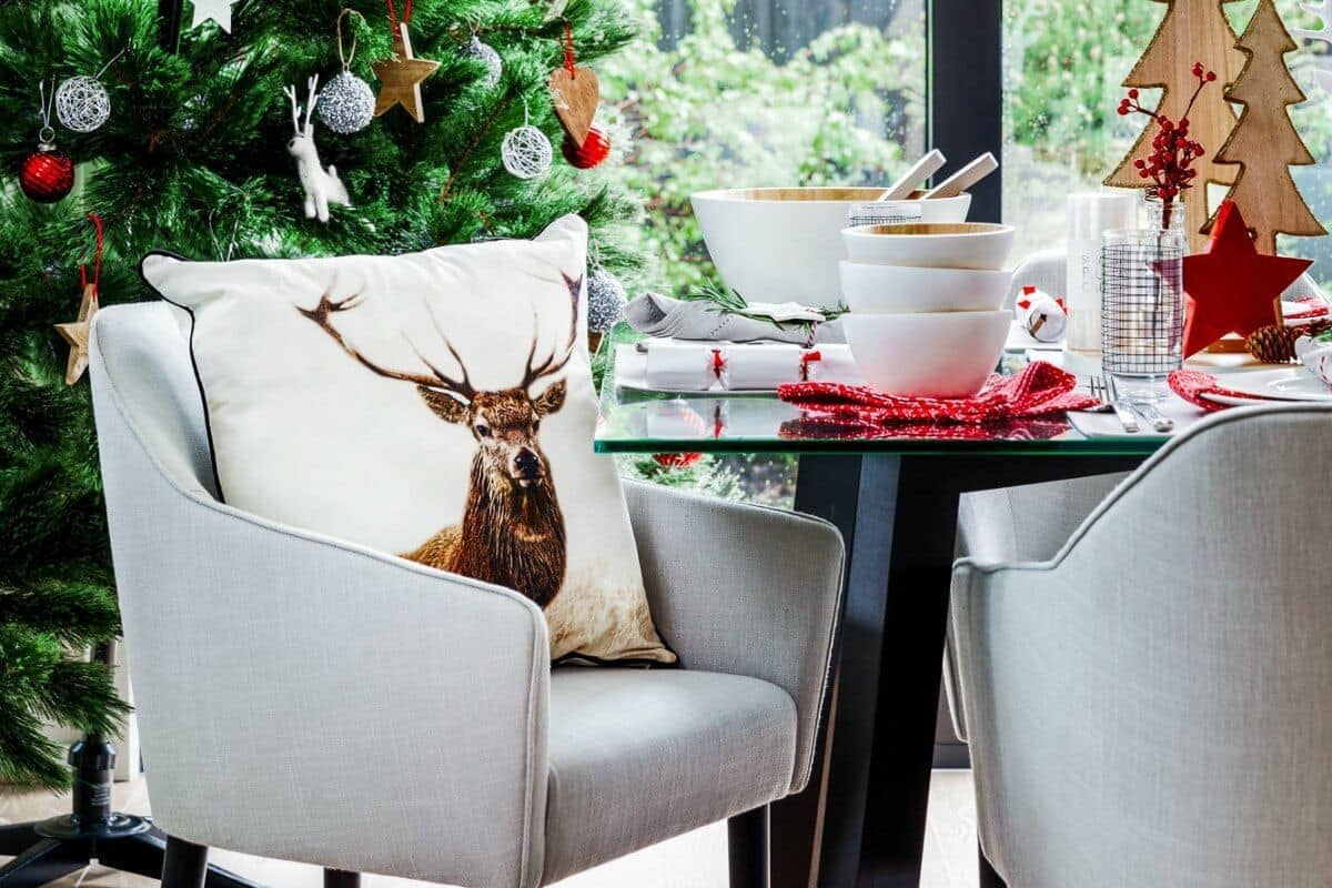 red and white scandinavian christmas table setting by the life creative interiors