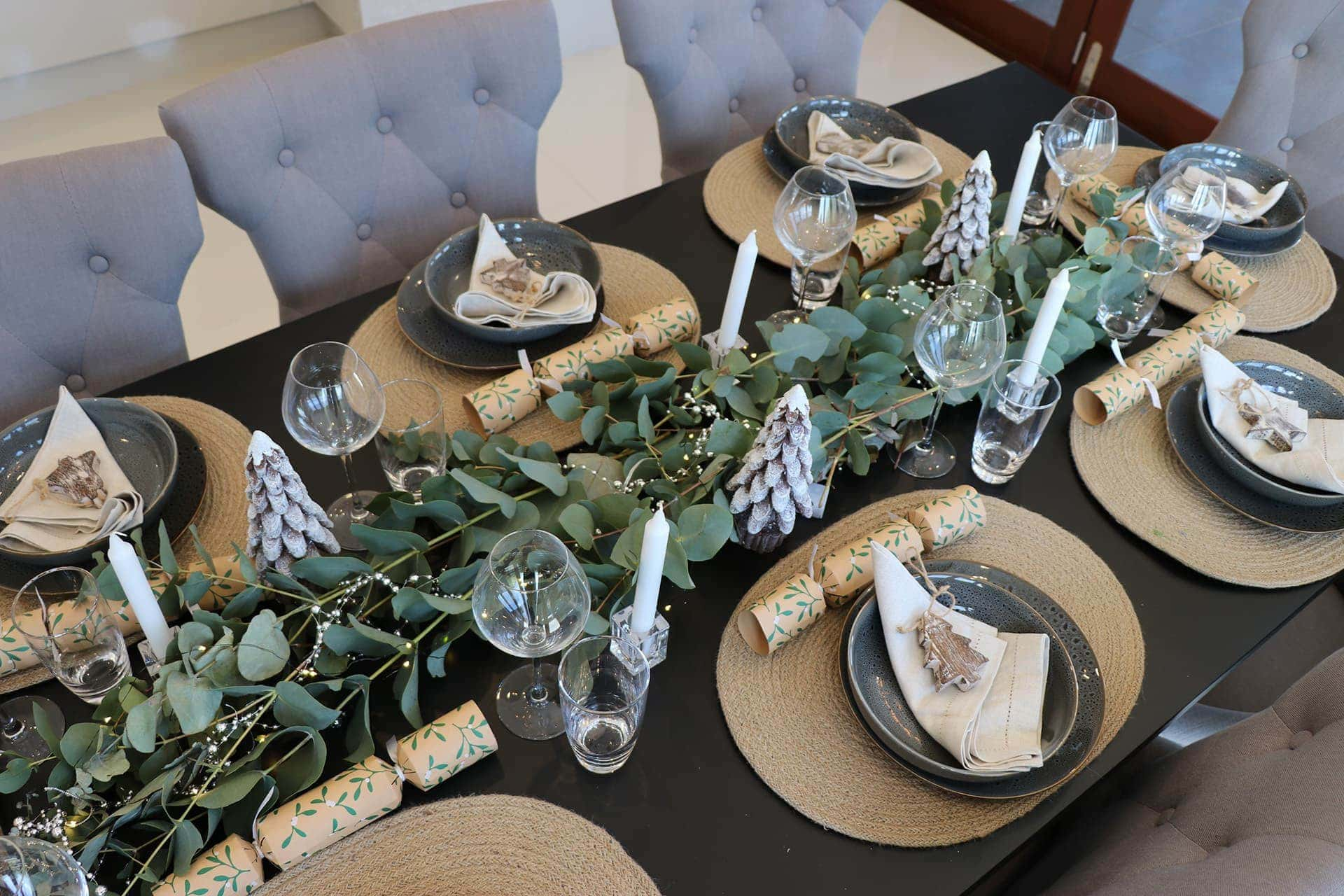 cheap christmas table setting ideas in neutral earthy tones christmas table styling ideas with hessian placemats