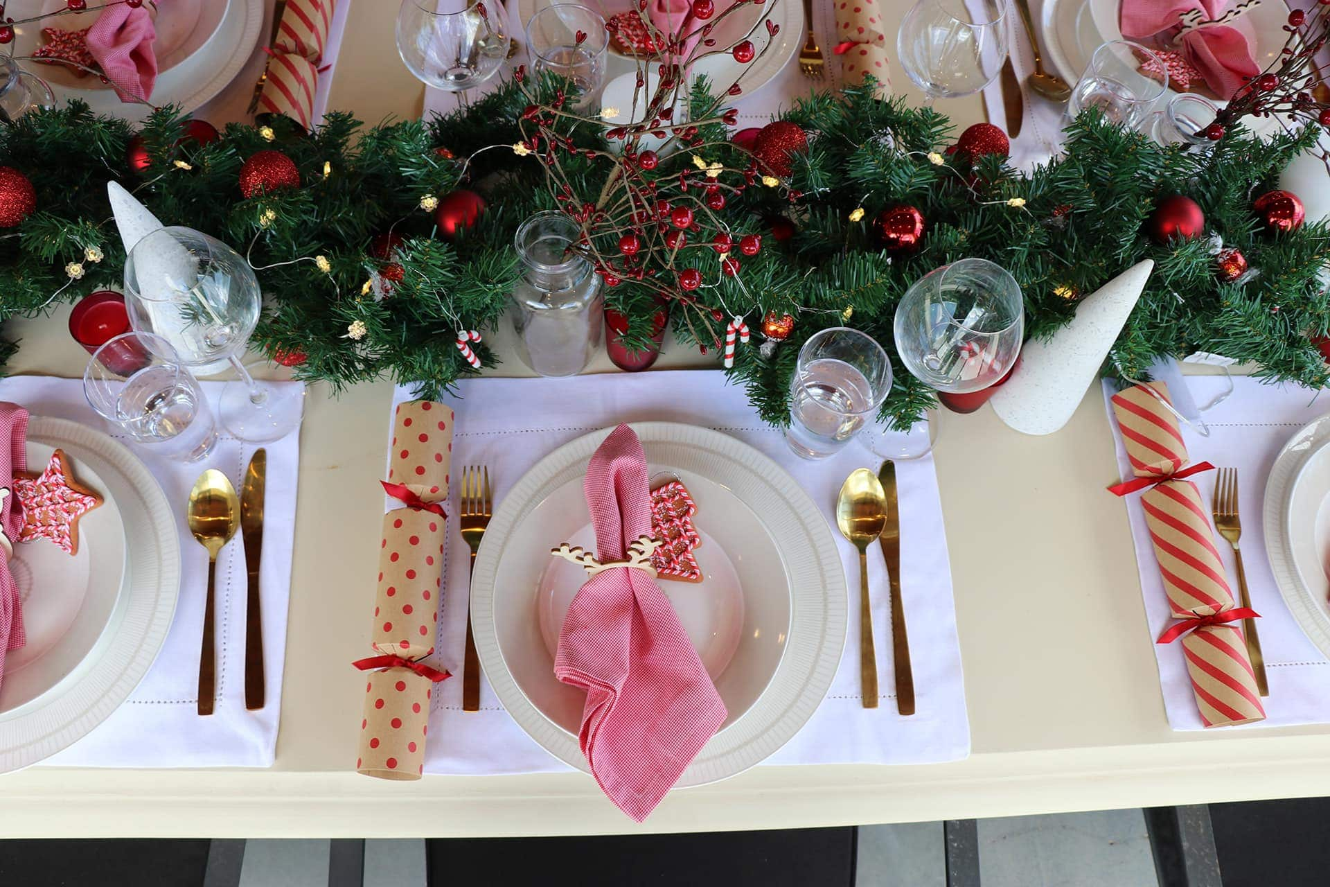 cheap christmas table setting ideas in red and gold colours christmas table styling ideas with white & 3 Cheap Christmas Table Setting Ideas with Wow-Factor