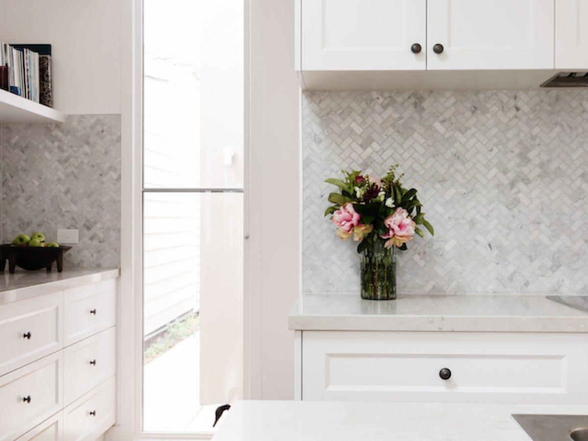 hamptons kitchen with white marble mosaic splashback tiles