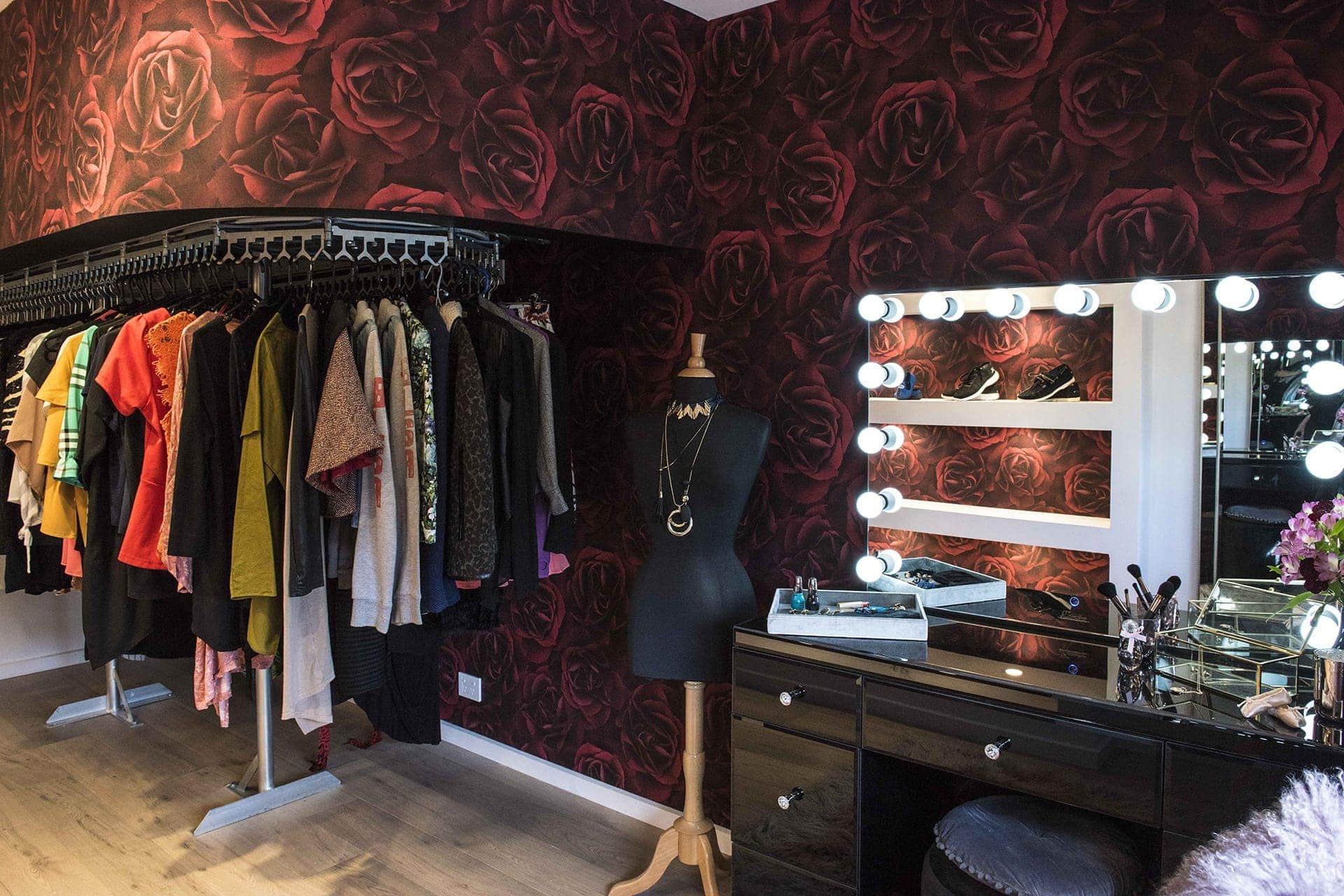 house rules 2019 pete and courtney dressing room with red rose wallpaper