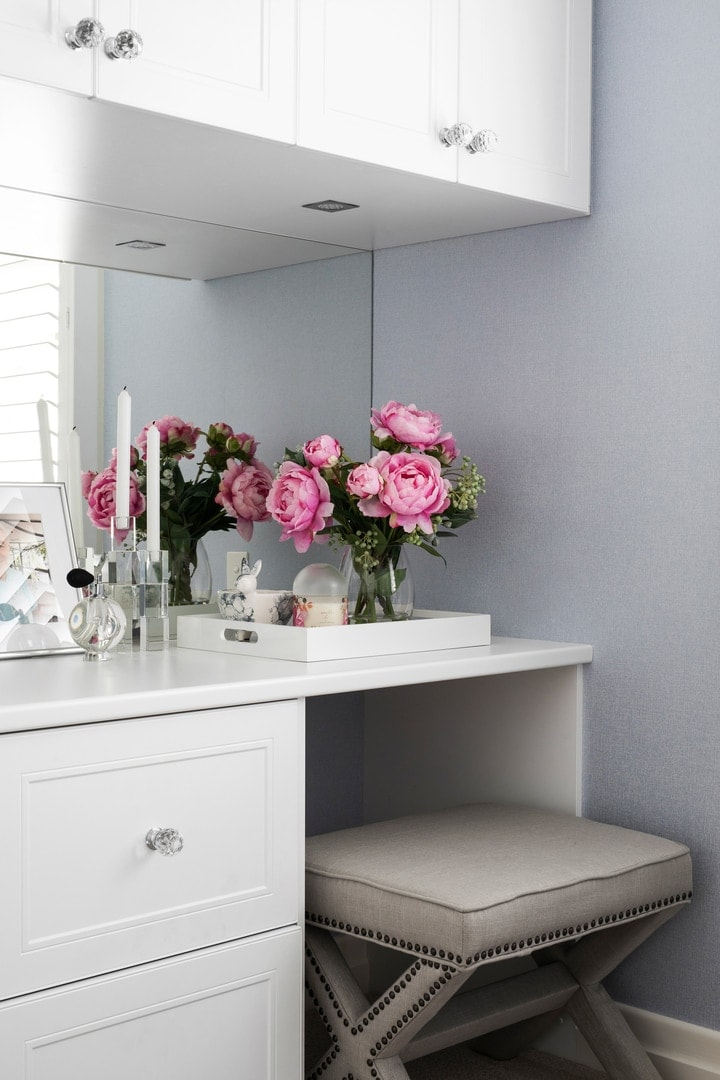 hamptons-style-dressing-table-with-mirror-and-pink-flowers